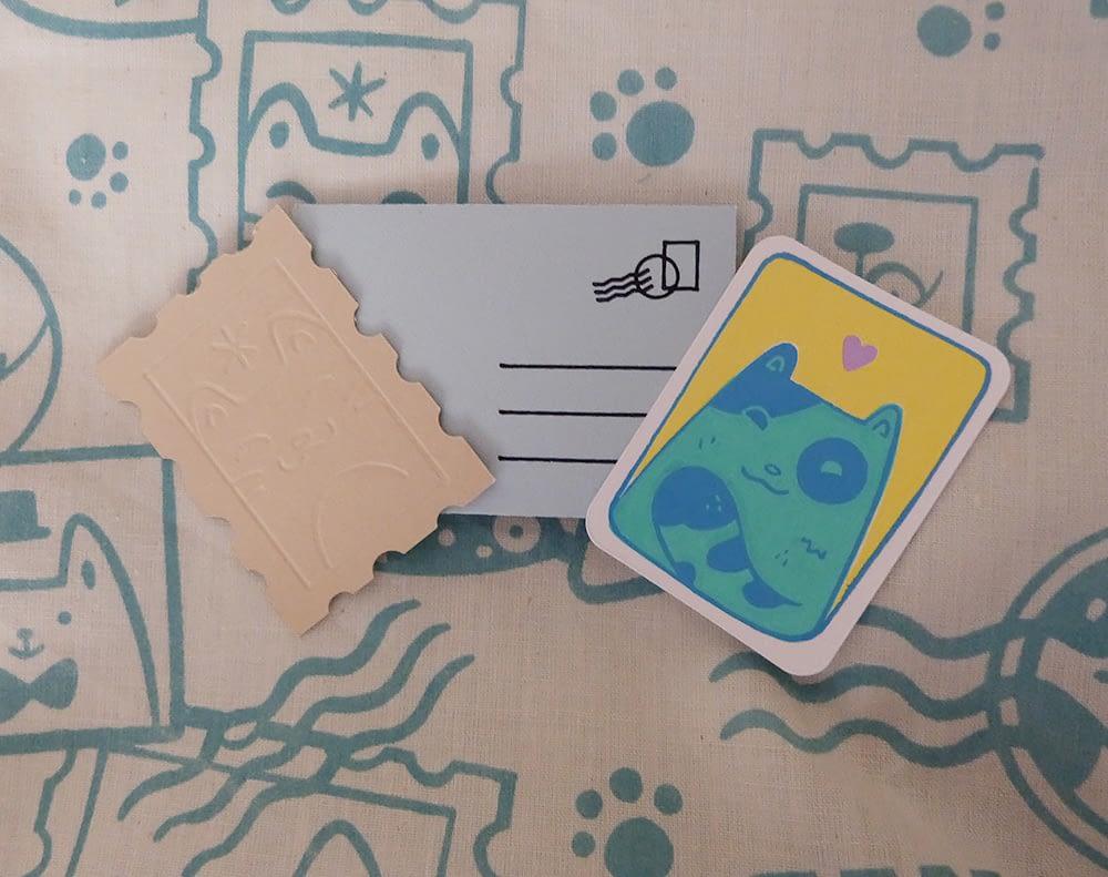 Goodies en cadeau pour l'achat d'une pochette sérigraphiée motif Chats Timbrés