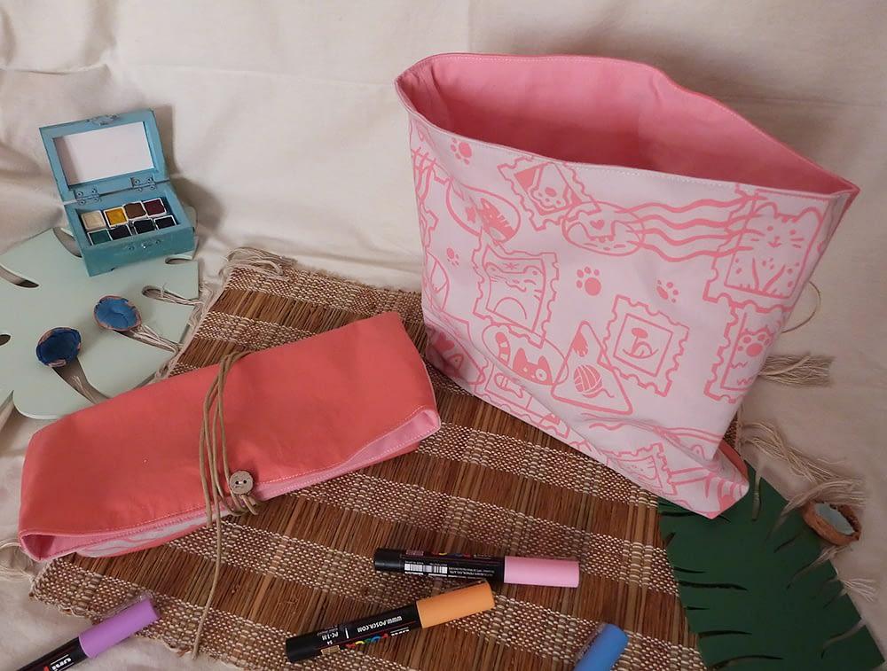 Pochette artisanale sérigraphiée à la main, motif Chats Timbrés, couleur rose. Cats Stamps silkscreened pouches, pink.