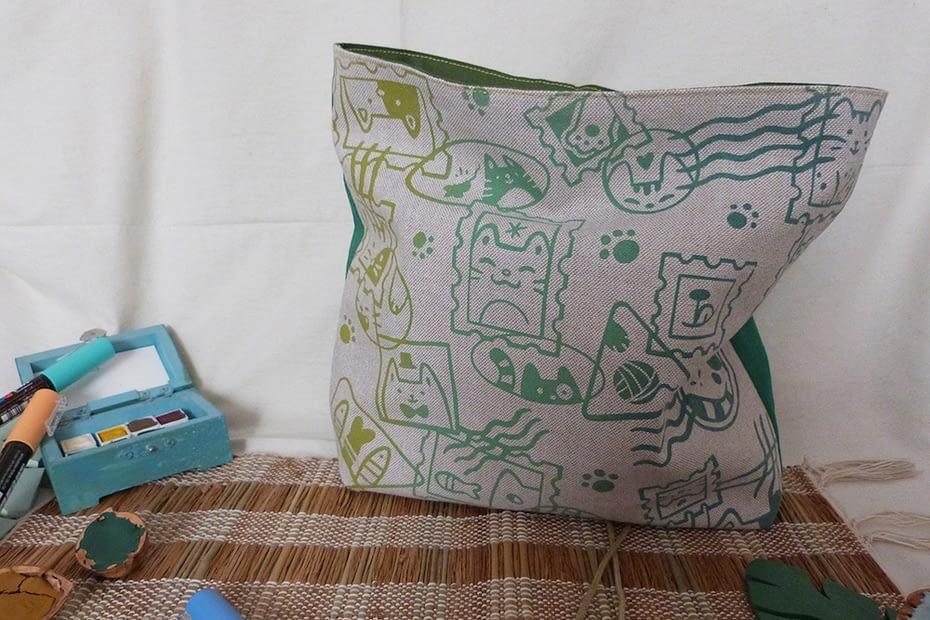 Pochette artisanale sérigraphiée à la main, motif Chats Timbrés, couleur verte. Cats Stamps silkscreened pouches, green.