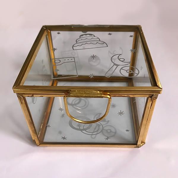 Boîte à alliance personnalisée : verre dépoli avec les motifs réalisés pour le mariage.